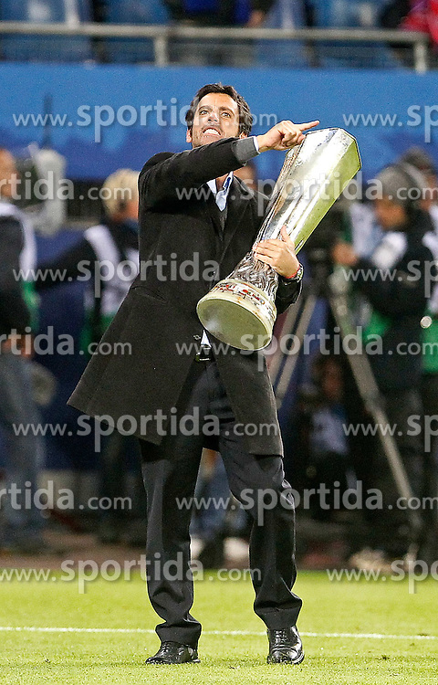 12.05.2010, Hamburg Arena, Hamburg, GER, UEFA Europa League Finale, Atletico Madrid vs Fulham FC im Bild.Atletico de Madrid's coach Quique Sanchez Flores celebrates with trophy. EXPA Pictures © 2010, PhotoCredit: EXPA/ nph/  Alvaro Hernandez / SPORTIDA PHOTO AGENCY