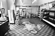 Duitsland, Berlijn, 30-6-1990Op 1-juli werd de duitse monetaire eenwording effectief. Hiervoor moesten de winkels hun artiklelen opnieuw prijzen, en werden veel nieuwe voorraden van westerse producten ingekocht. Westwaren, supermarkt, winkel,levensmiddelen,aanbod,kwaliteit,geld,De burgers van de ddr konden hun marken inwisselen tegen de west-duitse mark, in winkels had een grote operatie plaatsgevonden om prijzen aan te passen. umtausch,mauerfall,monetaire,eenwording,monetair,samengaan,eenwording,duitse,hereniging,herenigen,Foto: Flip Franssen/Hollandse Hoogte