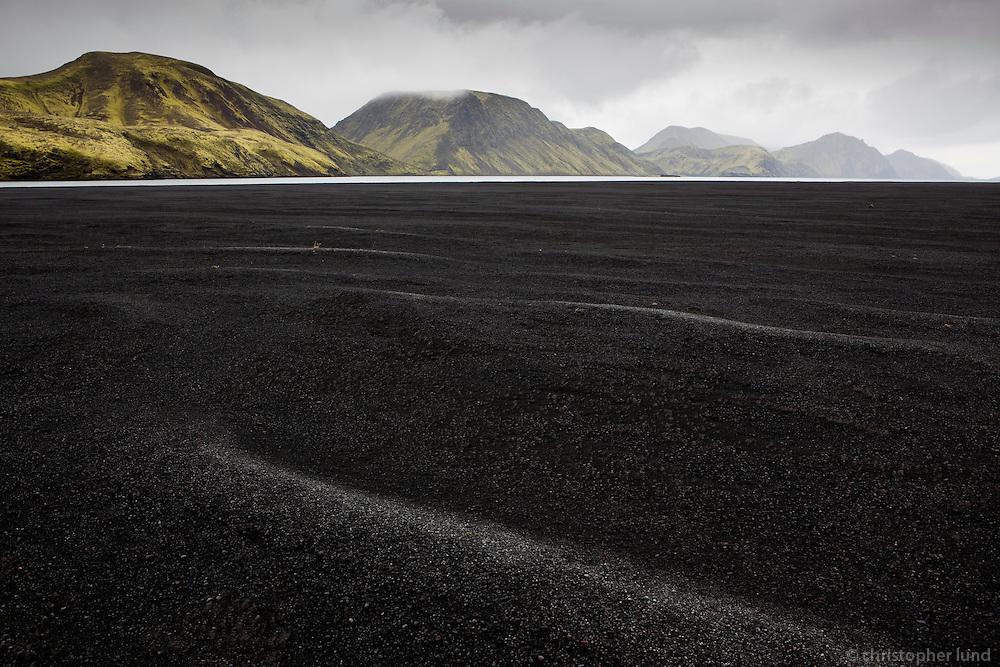 Sandfjara við norðaustur enda Langasjós. Black beach at the northeast end of lake Langisjor.