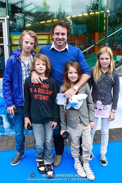 NLD/Amsterdam/20110731 - Premiere film De Smurfen, Marco Borsato met kinderen