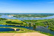 Nederland, Gelderland, Gemeente Maasdriel, 13-05-2019; Heerewaarden, Kanaal van Sint Andries met sluis, verbinding tussen Maas en Waal (achtergrond) elkaar bijna raken. Op de landengte ligt ook Fort Sint-Andries. In  het kader van het Maasoeverpark, zal er een ontwikkeling plaatsvinden van een landschapspark. Daarin ruimte voor de natuur, de landbouw en  'ruimte voor de rivier'  (bescherming tegen hoogwater door waterstandverlaging).<br /> Heerewaarden, where the river Maas and Waal almost touch, divided bij a isthmus. In to the canal the lock of St. Andries and an old fortress. <br /> Part of Maasoeverpark, development of a landscape park in which space for nature is combined with 'space for the river', protection against high water by lowering the water level.<br /> aerial photo (additional fee required);<br /> luchtfoto (toeslag op standard tarieven);<br /> copyright foto/photo Siebe Swart