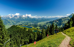 THEMENBILD - Der Blick in die Steilhang Einfahrt mit dem Wilden Kaiser, Kitzbüheler Horn und den Seidelalmseen im Hintergrund, aufgenommen am 26. Juni 2017, Kitzbühel, Österreich // The view into the steep slope entrance with the Wilder Kaiser, Kitzbüheler Horn and the Seidelalmseen in the background at the Streif, Kitzbühel, Austria on 2017/06/26. EXPA Pictures © 2017, PhotoCredit: EXPA/ Stefan Adelsberger