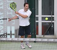 Padel Tennis, SportScheck Anlage in Muenchen,<br /> Aktion,Aufschalg,Service,Einzelbild,Ganzkoerper,Hochformat
