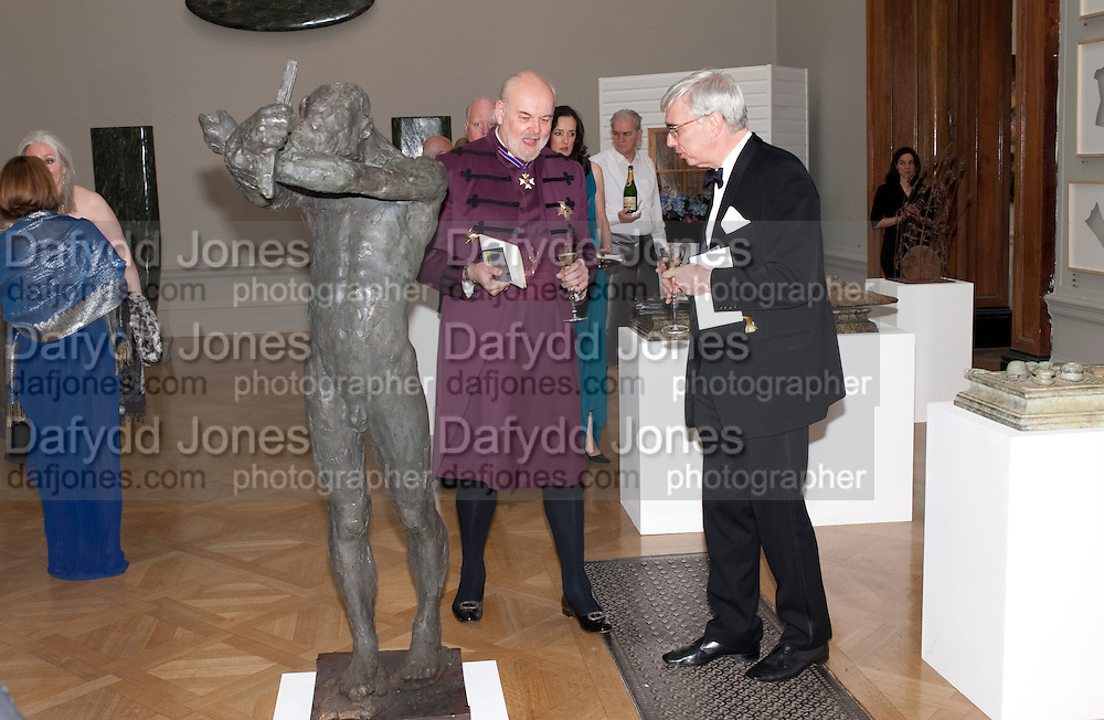 SIR RICHARD CHARTRES LORD BISHOP OF LONDON; DR. MARK EVANS, Royal Academy of Arts Annual dinner. Royal Academy. Piccadilly. London. 1 June <br /> <br />  , -DO NOT ARCHIVE-© Copyright Photograph by Dafydd Jones. 248 Clapham Rd. London SW9 0PZ. Tel 0207 820 0771. www.dafjones.com.