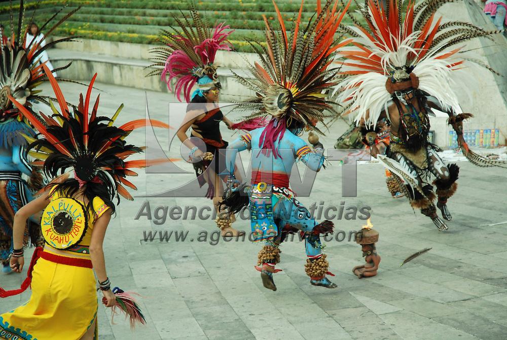 Toluca, Mex.- Danzantes prehispanicos hacen un ritual y limpias en la feria del alfe&ntilde;ique de Toluca ante la proximidad del d&iacute;a de muertos. Agencia MVT / Jose Hernandez. (DIGITAL)<br /> <br /> <br /> <br /> <br /> <br /> <br /> <br /> NO ARCHIVAR - NO ARCHIVE