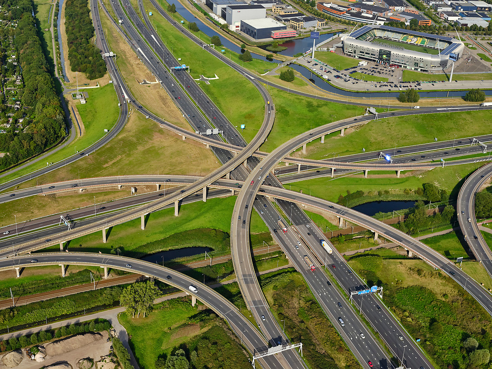 Nederland, Zuid-Holland, Den Haag, 14-09-2019; Prins Clausplein, verkeersknooppunt tussen A4 en A12.  Stadion ADO Den Haag, Cars Jeans Stadion, in de achtergrond. <br /> Prins Clausplein, traffic junction between A4 and A12.<br /> luchtfoto (toeslag op standard tarieven);<br /> aerial photo (additional fee required);<br /> copyright foto/photo Siebe Swart