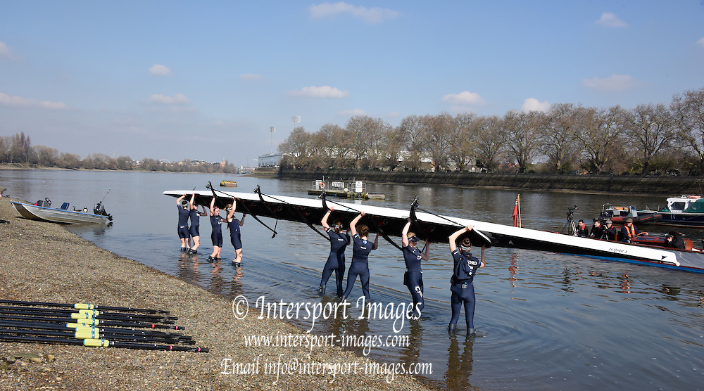 Putney. London,  Great Britain.<br /> OUWBC, lift their boat out of the water.<br /> 2016 Tideway Week, Putney. Putney Embankment, Championship Course. River Thames.<br /> <br /> Tuesday  22/03/2016 <br /> <br /> [Mandatory Credit; Intersport-images]