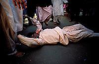 Pakistan - La fête des soufis - Province du Sind - Sehwan e Sharif - Tombe du saint soufi Lal Shabaz Qalandar - Fête de l'anniversaire de sa mort (Urs) - Homme en transe dans une rue de la petite ville // Pakistan, Sind province, Sehwan e Sharif, Sufi saint Lal Shabaz Qalandar shrine, annual Urs festival