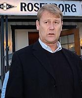Rosenborg, brakka 181103, Åge Hareide<br /> <br /> Etter et møte som varte i over 1 ½ time bekreftet Hareide at han fortsatt er trener for Rosenborg.  Han bekrefter at han har fått et skriftlig tilbud, og at forbundet vil få beskjed om hans avgjørelse i ettermiddag.<br /> <br /> Foto: Carl-Erik Eriksson, Digitalsport