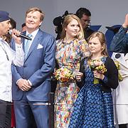 NLD/Amersfoort/20190427 - Koningsdag Amersfoort 2019, Koning Willem Alexander met Amalia en Alexia luisteren naar Wudstik en Diggy Dex