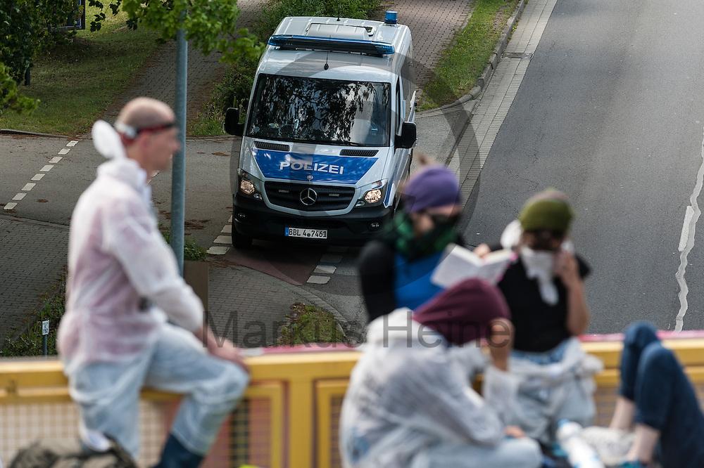 Polizisten stehen am 14.05.2016 in Schwarze Pumpe, Deutschland auf der Stra&szlig;e bei der Blockade. Mehrere Tausend Aktivisten blockieren den Braunkohlentagebau und die Zufahrtswege zum Kohlekraftwerk Schwarze Pumpe um gegen die Nutzung von fossilen Brennstoffen zu protestieren. Foto: Markus Heine / heineimaging<br /> <br /> <br /> <br /> <br /> ------------------------------<br /> <br /> Ver&ouml;ffentlichung nur mit Fotografennennung, sowie gegen Honorar und Belegexemplar.<br /> <br /> Bankverbindung:<br /> IBAN: DE65660908000004437497<br /> BIC CODE: GENODE61BBB<br /> Badische Beamten Bank Karlsruhe<br /> <br /> USt-IdNr: DE291853306<br /> <br /> Please note:<br /> All rights reserved! Don't publish without copyright!<br /> <br /> Stand: 05.2016<br /> <br /> ------------------------------ am 14.05.2016 bei Spremberg, Deutschland. Mehrere Tausend Aktivisten blockieren den Braunkohlentagebau und die Zufahrtswege zum Kohlekraftwerk Schwarze Pumpe um gegen die Nutzung von fossilen Brennstoffen zu protestieren Foto: Markus Heine / heineimaging<br /> <br /> <br /> <br /> <br /> ------------------------------<br /> <br /> Ver&ouml;ffentlichung nur mit Fotografennennung, sowie gegen Honorar und Belegexemplar.<br /> <br /> Bankverbindung:<br /> IBAN: DE65660908000004437497<br /> BIC CODE: GENODE61BBB<br /> Badische Beamten Bank Karlsruhe<br /> <br /> USt-IdNr: DE291853306<br /> <br /> Please note:<br /> All rights reserved! Don't publish without copyright!<br /> <br /> Stand: 05.2016<br /> <br /> ------------------------------
