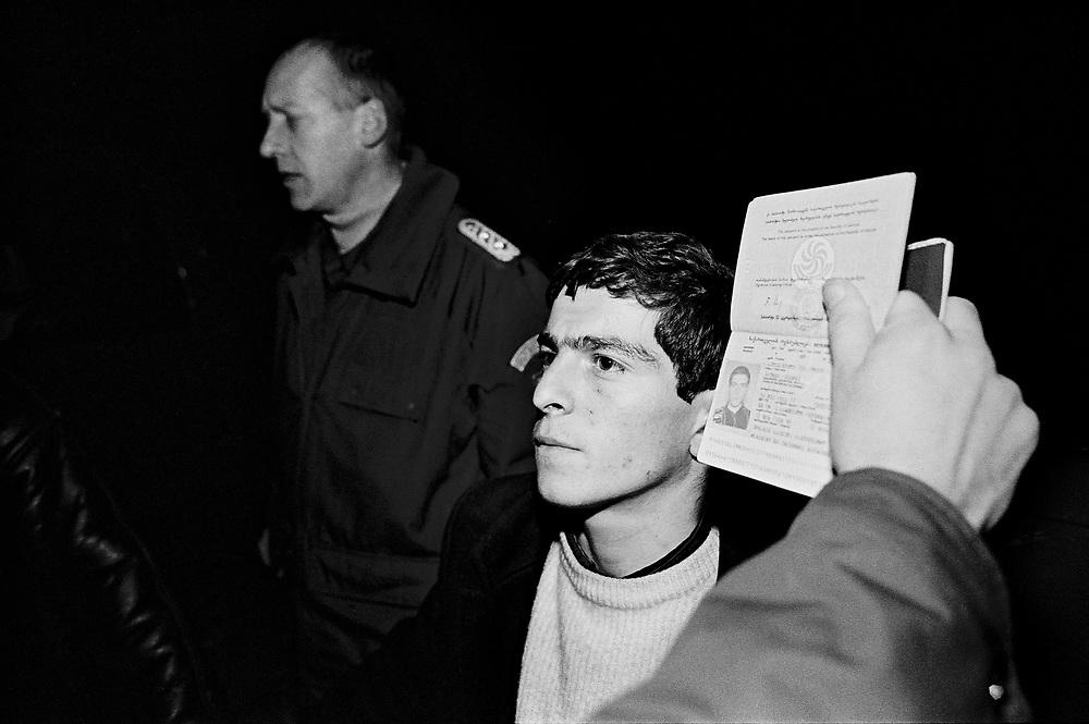 &copy;  christian  JUNGEBLODT.<br />Deutsch-Polnische Grenze - Bundesgrenzschutz ver-<br />haftet Illegalen Einwanderer an der Eisenbahnbr&uuml;cke &uuml;ber<br />die Oder<br />Hier: <br />GERMAN Polish Border - illegal imigrants caught by the<br />German Border Police<br />Frankfurt/Oder 24.03.1998