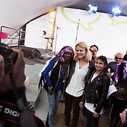 Folkemøde påBornholm. Schmidt-Nielsen, leder af Enhedslisten vliver fotograferet af og med fans.