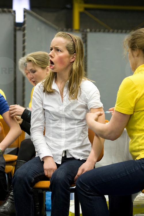 Nederland Helmond 2 maart 2009 20090302 Foto: David Rozing .Start vaccinatie tegen baarmoederhals kanker.3000 meiden tussen 13 - 16 jaar zijn opgeroepen om zich te laten inenten in sporthal City hal. .Vaccination for young girls, age 13-16, to prevent cancer of the cervix / neck of the womb. vaccine, vaccinations, vaccines, immunity, desease, deseases, preventing, prevention, shot, shots, girl, youth, ..Deze inenting zit vanaf 2009 in het Rijksvaccinatieprogramma (RVP). Vandaag begint een eenmalige actie waarbinnen meisjes die dit jaar 13 tot en met 16 jaar worden zich kunnen laten vaccineren. In september starten de reguliere inentingen binnen het RVP..De GGD'en verzorgen de inteningen. Een volledige inenting tegen baarmoederhalskanker bestaat uit 3 prikken. De meisjes krijgen deze verdeeld over een half jaar. vaccinatie tegen baarmoederhalskanker..Inenting in Rijksvaccinatieprogramma ?Vanwege de gezondheidswinst voor vrouwen is inenting tegen baarmoederhalskanker vanaf 2009 opgenomen in het RVP. Binnen het RVP krijgen meisjes de inenting steeds op de leeftijd van twaalf jaar. Vanaf september 2009 krijgen meisjes die op of na 1 januari en voor 1 september 2009 deze leeftijd bereiken een vaccinatie. .Baarmoederhalskanker krijg je alleen na een infectie met het humaan papillomavirus, kortweg HPV. De inenting beschermt tegen twee typen van het HPV-virus (HPV 16 en 18) die samen 70% van alle gevallen van baarmoederhalskanker veroorzaken...Foto: David Rozing