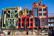 Los cholets están diseminados por toda la ciudad, no se construyen en un barrio en concreto. Este lugar es probablemente el único sitio donde conviven 3 uno a lado del otro.