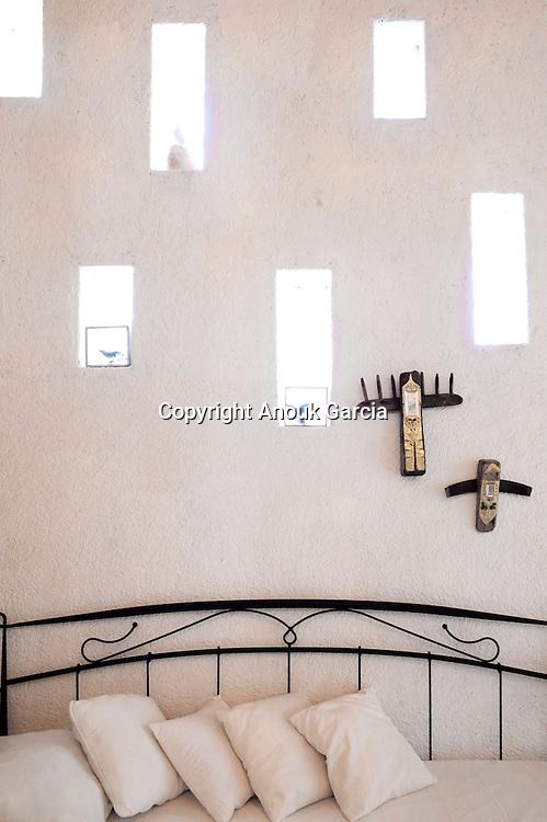 The room are integrate with nature by the artistic eye of Dagmar Meneghello. | Les habitations sont intégrées à la nature et revisitées par l'oeil et la collection particulière de l'hôte: Dagmar Meneghello.