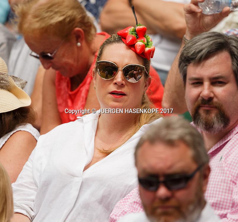 Wimbledon Feature, Zuschauerin mit Erdbeerhut auf der Tribuene, kurios,<br /> <br /> Tennis - Wimbledon 2017 - Grand Slam ITF / ATP / WTA -  AELTC - London -  - Great Britain  - 13 July 2017.
