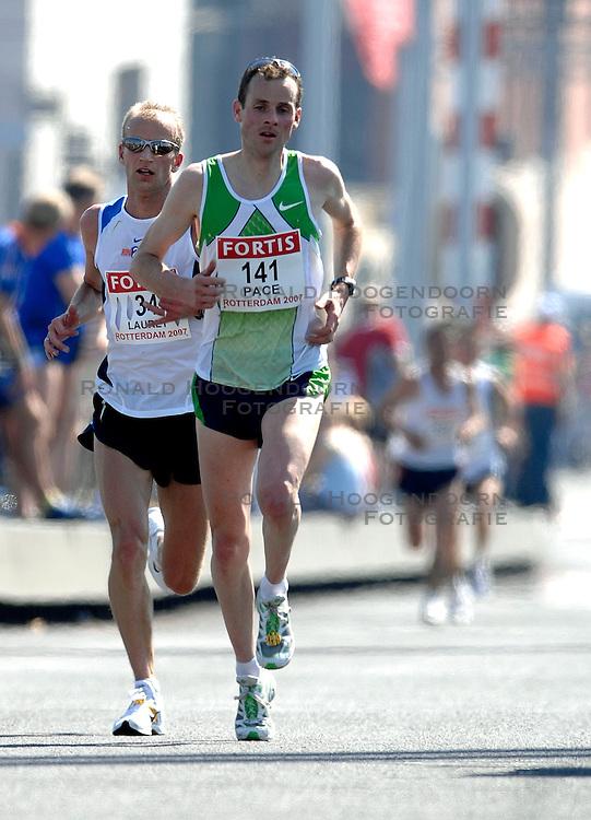 15-04-2007 ATLETIEK: FORTIS MARATHON: ROTTERDAM<br /> In Rotterdam werd zondag de 27e editie van de Marathon gehouden. De marathon werd rond de klok van 2 stilgelegd wegens de hitte en het grote aantal uitvallers / Sander Schutgens en Martin Lauret op de Erasmusbrug<br /> &copy;2007-WWW.FOTOHOOGENDOORN.NL