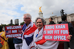 © Licensed to London News Pictures. 03/06/2019. London, UK. Mr and Mrs Holdcroft, from Stoke-on-Trent, wait outside Buckingham Palace with placards to welcome President of the United States Donald Trump. President Trump is in the UK for a three-day State Visit. Photo credit: Rob Pinney/LNP