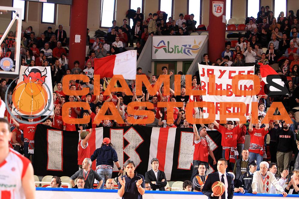 DESCRIZIONE : Teramo Lega A 2008-09 Bancatercas Teramo Solsonica Rieti<br /> GIOCATORE : tifo tifosi fan supporter<br /> SQUADRA : Bancatercas Teramo <br /> EVENTO : Campionato Lega A 2008-2009 <br /> GARA : Bancatercas Teramo Solsonica Rieti<br /> DATA : 29/03/2009 <br /> CATEGORIA : <br /> SPORT : Pallacanestro <br /> AUTORE : Agenzia Ciamillo-Castoria/M.Carrelli<br /> Galleria : Lega Basket A1 2008-2009 <br /> Fotonotizia : Campionato Italiano Lega A 2008-2009 Bancatercas Teramo Solsonica Rieti<br /> Predefinita :