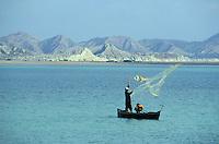 """Pakistan - """"Shiddis """", esclaves de l'empire des Indes - Côte du Makhan - Province du Balouchistan - Pêcheur Shiddis à Pasni - Les shiddis sont dispersés aujourd'hui de la côte aride du Makran au Balouchistan jusqu'à Karachi - Dans le port de Pasni, les Shiddis voient leur rôle limité à celui de manoeuvre. // Pakistan, Shiddi, the black of Pakistan with African origine"""
