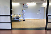 Nederland, Nijmegen,9-1-2012Een bed wordt door de vervoersdienst naar een andere plek in het ziekenhuis gebracht.Foto: Flip Franssen