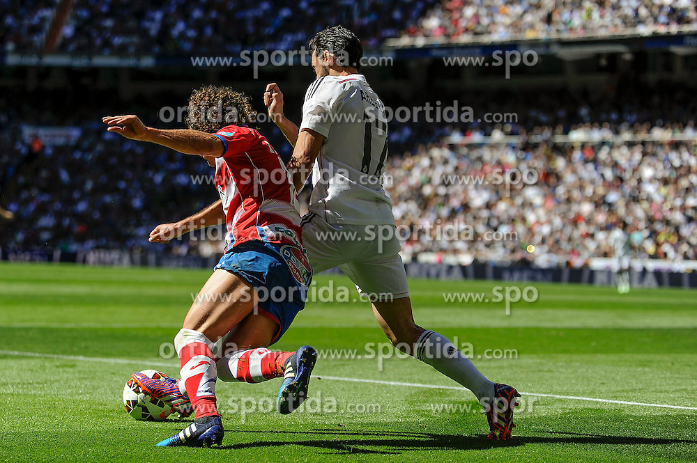 05.04.2015, Estadio Santiago Bernabeu, Madrid, ESP, Primera Division, Real Madrid vs FC Granada, 29. Runde, im Bild Real Madrid&acute;s Alvaro Arbeloa and Granada&acute;s Manuel Iturra // during the Spanish Primera Division 29th round match between Real Madrid CF and Granada FC at the Estadio Santiago Bernabeu in Madrid, Spain on 2015/04/05. EXPA Pictures &copy; 2015, PhotoCredit: EXPA/ Alterphotos/ Luis Fernandez<br /> <br /> *****ATTENTION - OUT of ESP, SUI*****