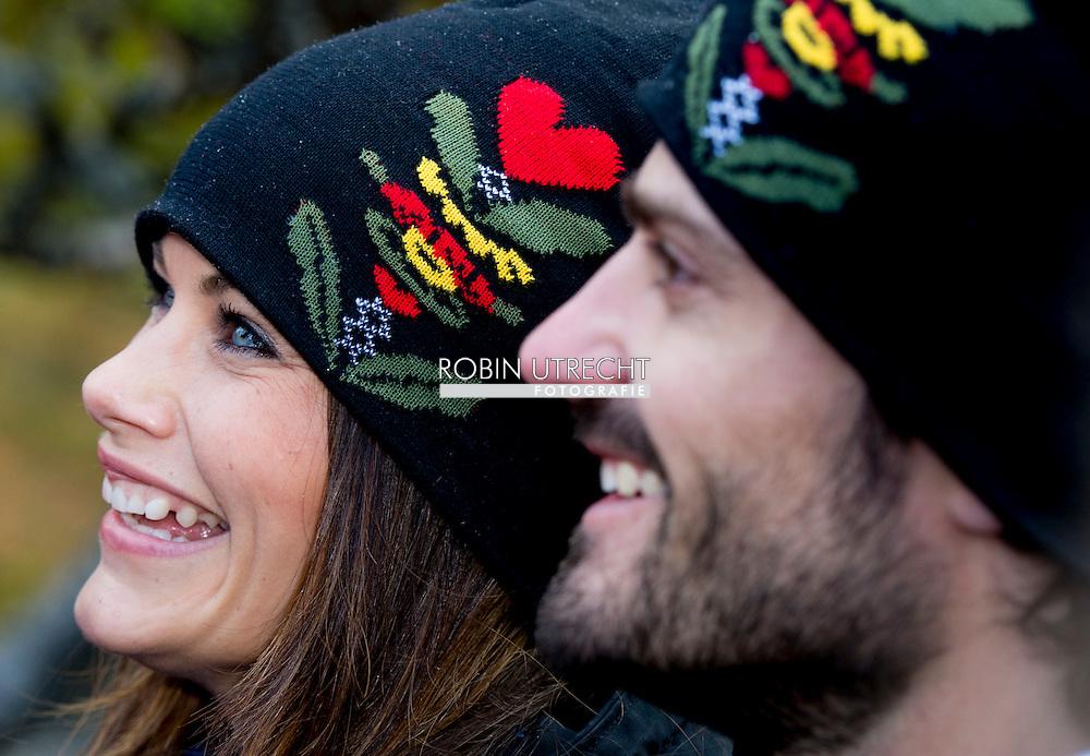 FALUN &ndash; De Zweedse prins Carl Philip is maandag met zijn echtgenote prinses Sofia begonnen aan een tweedaags streekbezoek in de provincie Dalarna in het midden van het land. Dalarna is ongeveer twee derde van de oppervlakte van Nederland en telt 280.000 inwoners. Het grenst aan V&auml;rmland, waar Carlp Philip en Sofia eind augustus op bezoek waren.<br /> Het prinselijk paar begon de dag in Borl&auml;nge, waar een voorschoolse opvang voor vluchtelingenkinderen werd bezocht. In S&auml;ter nam het paar een kijkje in een fabriek die kluisjes maakt voor zwembaden en scholen.Ander programmapunt was een bezoek aan de mijn in Falun, die op de UNESCO-werelderfgoedlijst staat. Het paar schreef hun naam op de koninklijke muur. Daarop hebben tal van Noordse koningen en prinsen sinds de veertiende eeuw hun naam gekerfd in de mijnwanden, een traditie die Carl Philip en Sofia voortzetten.<br /> De koninklijke bezoekers kregen maandagavond een diner aangeboden in Falun. Vanuit Falun gaat het paar dinsdag door naar &Auml;lvdalen.