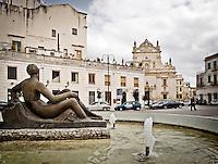 La fontana di piazza San Pietro a Galatina in primo piano e sullo sfondo la Chiasa Matrice, dedicata a San Pietro e San Paolo. 25/03/2010 (PH Gabriele Spedicato)