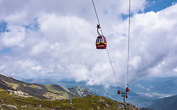 THEMENBILD - Seilbahn Gondeln am Kitzsteinhorn, aufgenommen am 16. Juli 2019 in Kaprun, Österreich // Cable car gondolas at the Kitzsteinhorn, Kaprun, Austria on 2019/07/16. EXPA Pictures © 2019, PhotoCredit: EXPA/ JFK