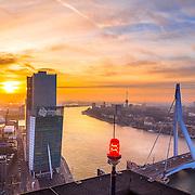 Voor het jubileumnummer van de 65 jarige Havenloods, onderdeel van de Persgroep BV kreeg ik de vrije hand skyline foto's te maken van Rotterdam vanaf hoge gebouwen. Met een aantal foto's kan zo gezien worden hoe Rotterdam er uitziet tijdens dit jubileum. Een panorama vanaf het Maasgebouw zie je minder vaak. Het hoogste kantoor van Europa geeft niet zomaar toegang tot fotografen. Voor mij als Rotterdamse fotograaf van De Havenloods werd een uitzondering gemaakt en zodoende beklom ik het dak van het lagere bouwdeel met uitzicht op het westen. De zon staat exact tussen de bebouwing van de Kop van Zuid, het KPN gebouw is goed zichtbaar. Deze foto is de eerste uit een serie van 6 skyline panorama foto's. Deze zijn allemaal te koop via deze site.