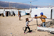 Flygtningelejr i Jeb Jenin. A girl give water to boy.<br /> <br /> <br /> Refugee settelment in Jeb Jenin.