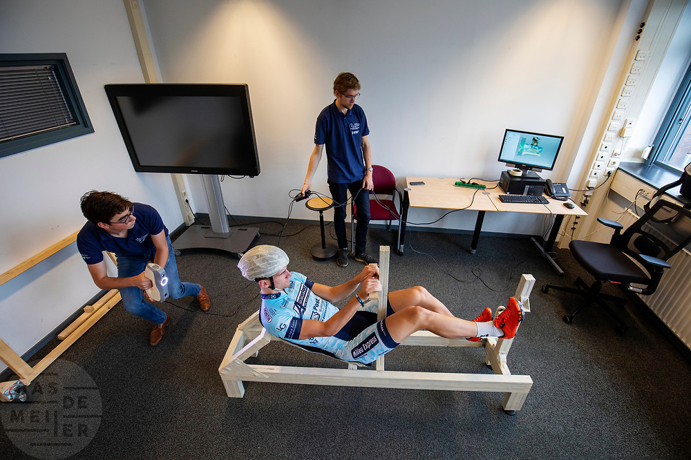 In Delft wordt een 3D scan gemaakt van Thijmen Polman, een van de atleten. In september wil het Human Power Team Delft en Amsterdam, dat bestaat uit studenten van de TU Delft en de VU Amsterdam, tijdens de World Human Powered Speed Challenge in Nevada een poging doen het wereldrecord snelfietsen voor tandems te verbreken met de VeloX TX, een gestroomlijnde ligfiets. Het record staat sinds 2019 op 120,26 km/u<br /> <br /> In Delft a 3D scan is made of Thijmen Polman, one of the athletes. With the VeloX TX, a special recumbent bike, the Human Power Team Delft and Amsterdam, consisting of students of the TU Delft and the VU Amsterdam, also wants to set a new tandem world record cycling in September at the World Human Powered Speed Challenge in Nevada. The current speed record is 120,26 km/h, set in 2019.