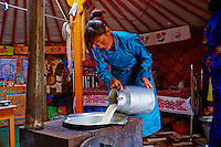 Mongolie, province de Bayankhongor, campement nomade, Uyang Batbaatar, 22 ans, preparation du beurre et de la creme // Mongolia, Bayankhongor province, nomad camp, Uyang Batbaatar, 22 old, making butter