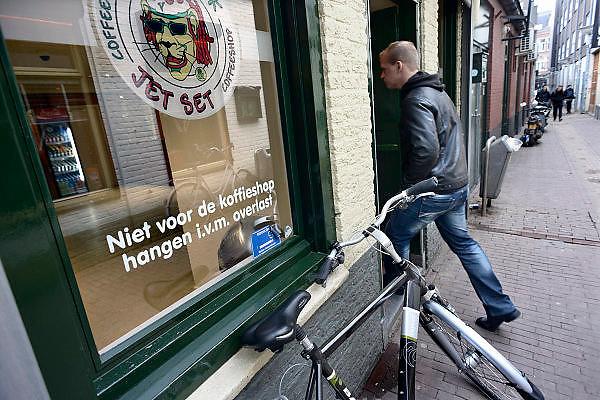 Nederland, Nijmegen, 28-1-2014In de Vlaamse Gas zitten verschillende coffeeshops. Op het raam van een ervan wordt gemaand niet te blijven rondhangen om overlast voor de buurt te voorkomen.Foto: Flip Franssen/Hollandse Hoogte