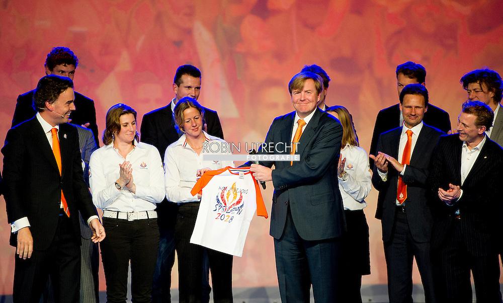 ARNHEM - Prins Willem-Alexander toont op het Olympisch Vuur Jaarcongres 2012 het van Camiel Eurlings gekregen kado voor zijn dochters.