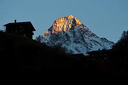 """13.11.2010, Kals, AUT, Naturefeatures, im Bild Golden leuchtet der Gipfel des Glödis (3.206 m) im letzten Sonnenlicht am Samstag den 13.11.2010 wärend die Bauernhöfe in Kalser Ortsteil Oberlesach bereits im Schatten liegen. Der Glödis ist der formschönste Gipfel der Schobergruppe in Osttirol und wird deshalb auch """"Matterhorn der Schobergruppe"""" genannt. Vom Kalser Lesachtal bietet er einen beeindruckenden Anblick // The summit of the Gloedis (3,206 m) at the National Park Hohe Tauern in the last dayligth on Saturday 11/13/2010 while the farm houses in Kals Oberlesach are already in the shade. EXPA Pictures © 2010, PhotoCredit: EXPA/ J. Groder"""