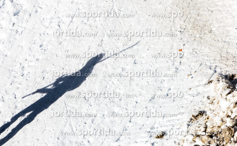 THEMENBILD - der Schatten eines Skifahrers der seine skier trägt, aufgenommen am 06. Februar 2016, Saalbach, Österreich // the shadow of a skier which is carries his skier in Saalbach, Austria on 2016/02/06. EXPA Pictures © 2016, PhotoCredit: EXPA/ JFK