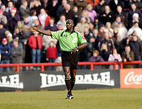 Photo: Leigh Quinnell.<br /> Brentford v Swansea City. Coca Cola League 1.<br /> 26/12/2005. Referee T.Parkes.