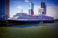 Cruiseschip Queen Elizabeth arriveert bij de Kop van Zuid in Rotterdam.
