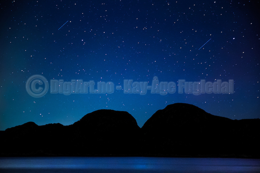 Clear night with bright stars and starbusts   Klarnatt med stjerner og stjerneskudd.