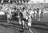 Fotball<br />Treningskamp<br />Strømsgodset v Manchester United<br />30. juni 1991<br />Foto: Digitalsport<br />Manchester United, med stjerner som kaptein Steve Bruce og keeper Peter Schmeichel i front, gjester Drammen og Marienlyst. SIF-kaptein Halvor Storskogen til høyre