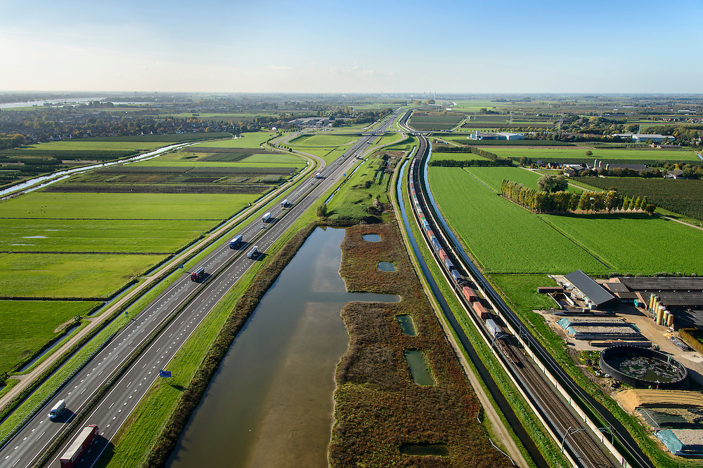 Nederland, Gelderland, Betuwe, 24-10-2013; Betuweroute, ter hoogte van Echteld. De goederenspoorlijn loopt parallel aan autosnelweg A15. De goederentrein is onderweg naar de haven van Rotterdam.<br /> Betuweroute, railway from Rotterdam to Germany, near Echteld. The freight railway runs parallel to highway A15. The freight is on its way to the port of Rotterdam.<br /> luchtfoto (toeslag op standaard tarieven);<br /> aerial photo (additional fee required);<br /> copyright foto/photo Siebe Swart.