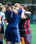 LAREN -  Hockey - Hoofdklasse dames Laren-Oranje Rood (0-4). Oranje Rood plaatst zich voor Play Offs.  keeper Joyce Sombroek (Laren) , die haar laatste wedstrijd speelde, na de verloren wedstrijd., met keeper Larissa Meijer (Oranje-Rood)    COPYRIGHT KOEN SUYK