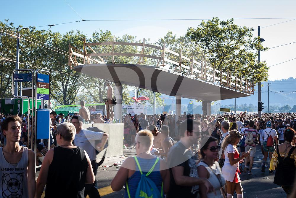 SCHWEIZ - ZÜRICH - Baustelle an der Tramhaltestelle Bellevue während der Streetparade - 29. August 2015 © Raphael Hünerfauth - http://huenerfauth.ch
