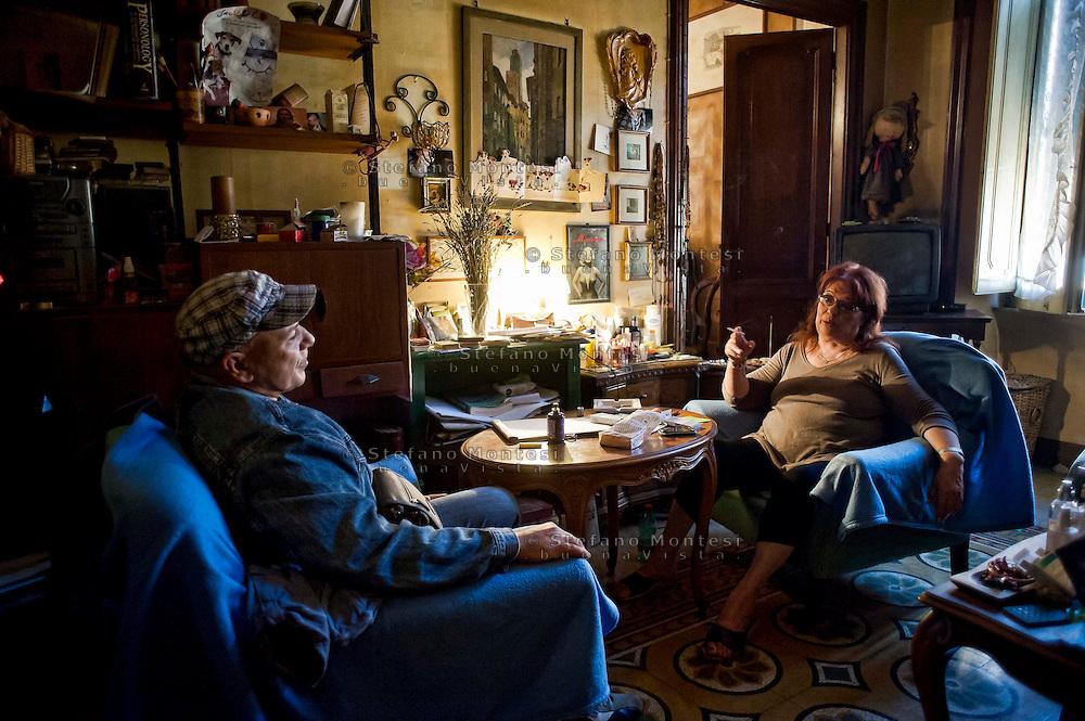 Roma 31Ottobre 2013<br /> Gilda 65anni, abita in via delle Fornaci, dove vive da quarantacinque anni, attende l'ufficiale giudiziario, per la notifica dello sfratto esecutivo, richiesto  dalla propriet&agrave;, un avvocato che possiede decine di appartamenti. Gilda con Luciano dei Blocchi Precari Metropolitani, movimento che si occupa dei problemi della casa<br /> Rome October 31, 2013<br /> Gilda 65 years, lives in Via delle Fornaci, where he lives from  forty-five years, waiting for the bailiff, for notification of the executive eviction, required by the property, an attorney who owns dozens of apartments.