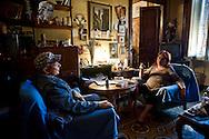 Roma 31Ottobre 2013<br /> Gilda 65anni, abita in via delle Fornaci, dove vive da quarantacinque anni, attende l'ufficiale giudiziario, per la notifica dello sfratto esecutivo, richiesto  dalla proprietà, un avvocato che possiede decine di appartamenti. Gilda con Luciano dei Blocchi Precari Metropolitani, movimento che si occupa dei problemi della casa<br /> Rome October 31, 2013<br /> Gilda 65 years, lives in Via delle Fornaci, where he lives from  forty-five years, waiting for the bailiff, for notification of the executive eviction, required by the property, an attorney who owns dozens of apartments.