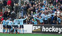BLOEMENDAAL - HOCKEY- Vreugde bij Uhlenhorst en supporters   tijdens de  kwartfinale van de EHL (Euro Hockey League) wedstrijd tussen de mannen van UHC Hamburg en Kampong  (3-2).  FOTO KOEN SUYK