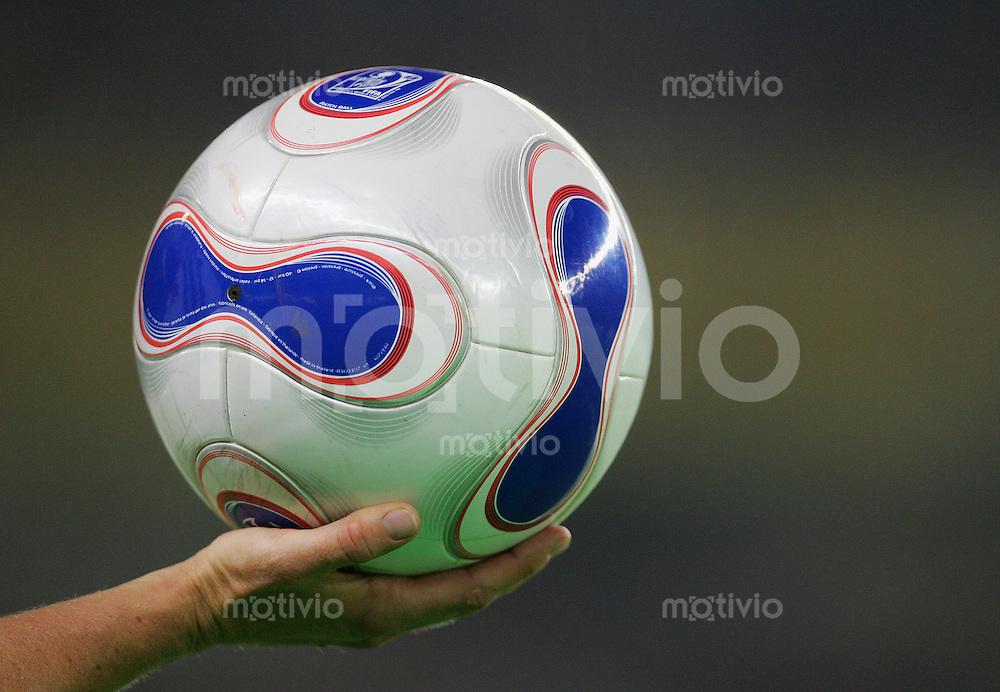 Fussball International Frauen WM China 2007  Deutschland - Japan Germany - Japan Eine weibliche Hand haelt den offiziellen Adidas Teamgeist Spielball.