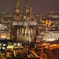 DEU , DEUTSCHLAND : Der Koelner Dom in Koeln am Rhein , rechts die Hohenzollernbruecke<br />